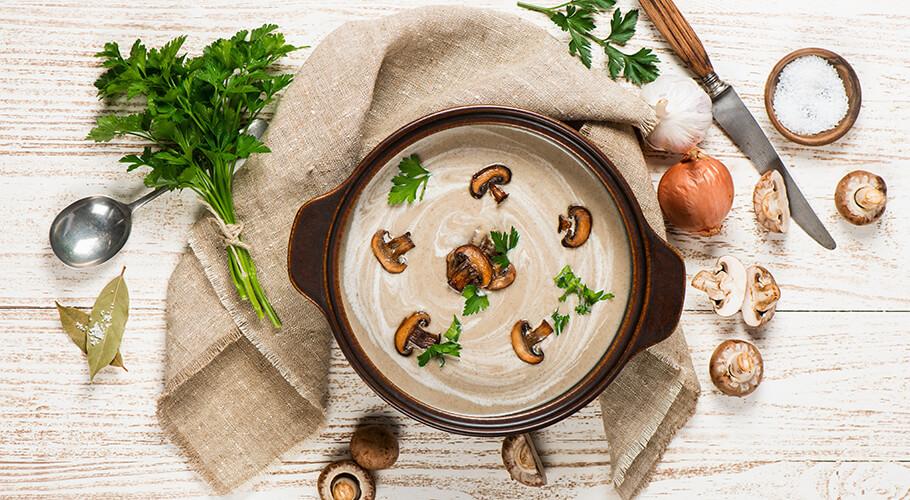 Hríbová polievka so slaninovými knedličkami