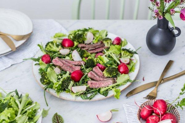 Reďkovkový šalát s brokolicou & grilovaným steakom